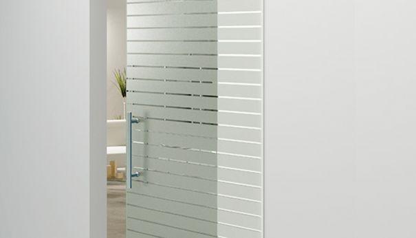стеклянная дверь с наклейкой