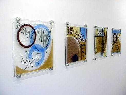 Стеклянные панели на стене