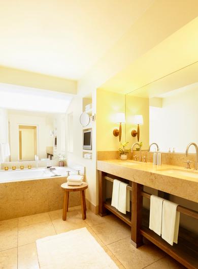 Зеркало в ванной расширяет пространство